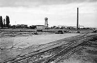 Sesto San Giovanni (Milano), ex area industriale delle acciaierie Falck. Vecchi binari, ciminiera e torre dell'acqua --- Sesto San Giovanni (Milan), former industrial site of Falck steelworks. Old tracks, a chimney and a water tower