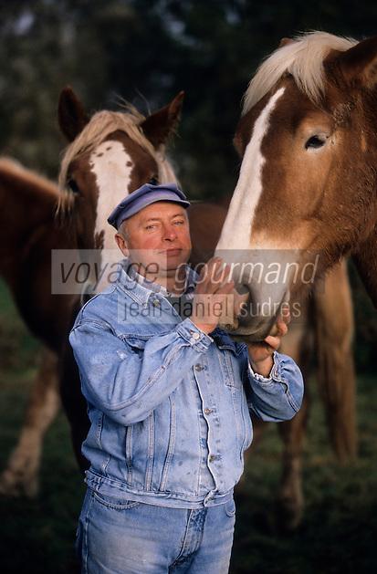 """Europe/France/Nord-Pas-de-Calais/59/Nord/Flandre/Bailleul/Eeckelstraete: Dany Beck (brasseur) et ses chevaux de traits flamands """"Vlaamse paard"""" [Non destiné à un usage publicitaire - Not intended for an advertising use]"""