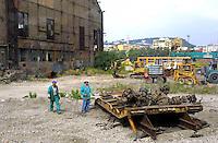 NAPOLI, 11/04/2013 LE AREE DELL'EX ITALSIDER E DELL'EX ETERNIT DI BAGNOLI SONO STATE SEQUESTRATE DAI CARABINIERI NELL'AMBITO DI UN'INDAGINE DELLA PROCURA CHE IPOTIZZA IL REATO DI DISASTRO AMBIENTALE. ..NELLA FOTO D'ARCHIVIO LAVORI DI BONIFICA NELL'AREA . FOTO DE LUCA .