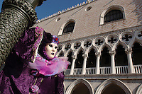 CARNEVALE DI VENEZIA NELLA FOTO DONNA IN MASCHERA EVENTI VENEZIA 19/02/2007 FOTO MATTEO BIATTA<br /> <br /> CARNIVAL OF VENICE IN THE PICTURE WOMAN WITH MASK EVENTS VENEZIA 19/02/2007 PHOTO BY MATTEO BIATTA
