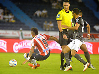 BARRANQUILLA - COLOMBIA - 24 - 03 - 2018: Jonathan Alvez (Izq.) jugador de Atletico Junior disputa el balón con Diego Peralta (Der.) jugador de Once Caldas durante partido de la fecha 10 entre Atletico Junior y Once Caldas por la Liga Aguila I-2018, jugado en el estadio Metropolitano Roberto Melendez de la ciudad de Barranquilla. / Jonathan Alvez (L) player of Atletico Junior vies for the ball with Diego Peralta (R) player of Once Caldas during a match of the 10th date between Atletico Junior and Once Caldas for the Liga Aguila I - 2018 at the Metropolitano Roberto Melendez Stadium in Barranquilla city, Photo: VizzorImage  / Alfonso Cervantes / Cont. (BEST AVAILABLE QUALITY)