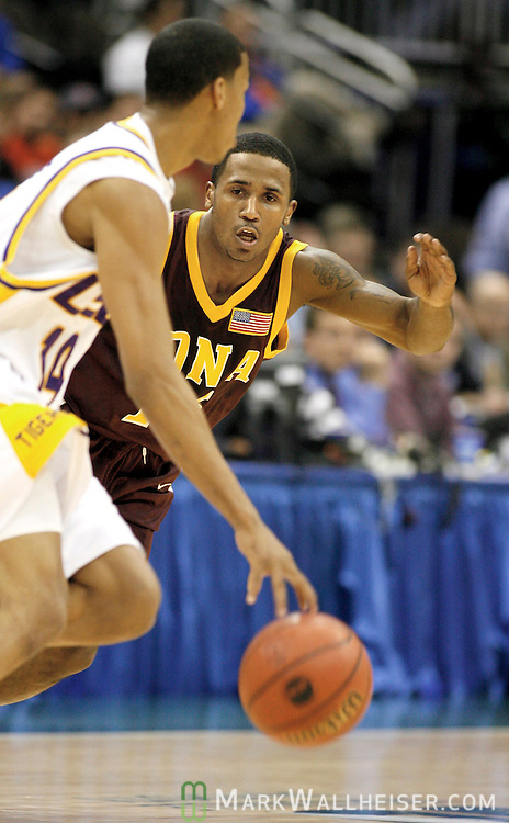 Iona College Gaels Steve Burtt (R) defenses Louisiana State University Tigers Garrett Temple during the first half in the first round of the NCAA basketball tournament in Jacksonville, Florida  March 16, 2006.