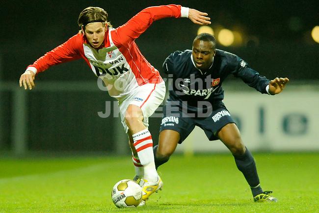 EMMEN - Voetbal, FC Emmen - MVV Maastricht, Jupiler League, Unive stadion, seizoen 2011-2012, 25-11-2011 Emmen speler Marijn Sterk in duel met MVV speler Malcolm Esajas (r).
