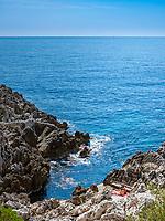 Frankreich, Provence-Alpes-Côte d'Azur, Roquebrune-Cap-Martin: felsige Badebucht auf dem Cap Martin in der Roquebrune Bucht | France, Provence-Alpes-Côte d'Azur, Roquebrune-Cap-Martin: rocky costline on Cap Matin at Roquebrune Bay - perfect for sunbathing