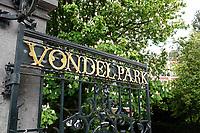 Nederland Amsterdam 2019 . Hek naar het Vondelpark. Kastanjeboom in bloei.  Foto Berlinda van Dam / Hollande Hoogte