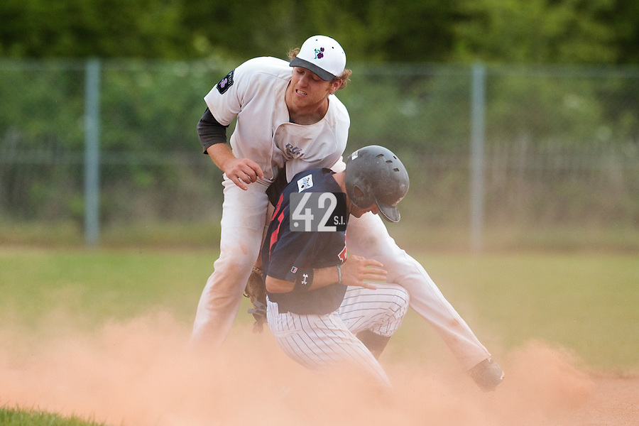 25 April 2010: Nicolas Dubaut of the PUC fails to catch the ball as Joris Bert of Rouen slides safely at second base during game 2/week 3 of the French Elite season won 12-0 by Rouen over the PUC, at the Pershing Stadium in Vincennes, near Paris, France.