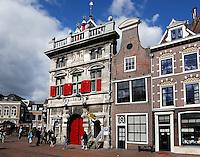 Oude Waag met rode luiken aan het Spaarne in Haarlem