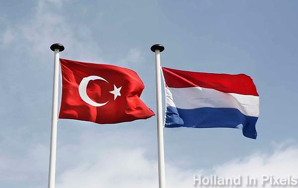 Nederland Zaandam 2017. Turkse en Nederlandse vlag. Foto Berlinda van Dam / Hollandse Hoogte