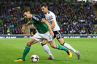 Jonny Evans (Nordirland, Northern Ireland) gegen Leon Goretzka (Deutschland Germany) - 05.10.2017: Nordirland vs. Deutschland, WM-Qualifikation Spiel 9, Windsor Park Belfast