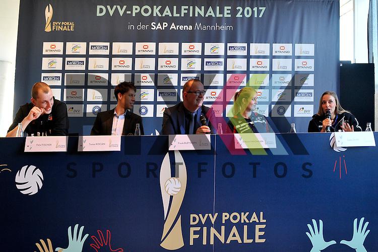 v.l. Felix Fischer (Berlin Recycling Volleys), Thomas Kocian (VfB Friedrichshafen), Frank Bleydorn (Pressesprecher DVL), Deborahvan Daelen (MTV Stuttgart) und Lenka Duerr (Schweriner SC) bei der PK fuer den DVV Pokal in Mannheim.<br /> <br /> Foto &copy; PIX-Sportfotos *** Foto ist honorarpflichtig! *** Auf Anfrage in hoeherer Qualitaet/Aufloesung. Belegexemplar erbeten. Veroeffentlichung ausschliesslich fuer journalistisch-publizistische Zwecke. For editorial use only.