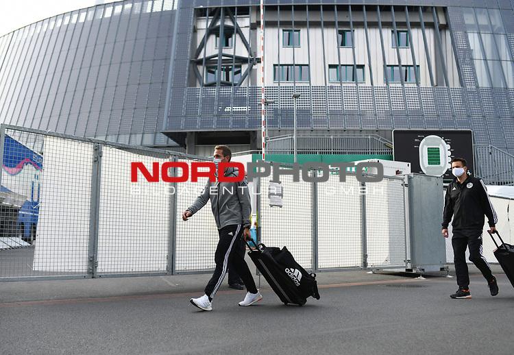 Schiedsrichter Tobias Stieler (Hamburg) kommt  mit Atemmaske am Stadion an.<br /><br />Sport: Fussball: 1. Bundesliga: Saison 19/20: 26. Spieltag: SV Werder Bremen - Bayer 04 Leverkusen, 18.05.2020<br /><br />Foto: Marvin Ibo Güngör/GES /Pool / via gumzmedia / nordphoto