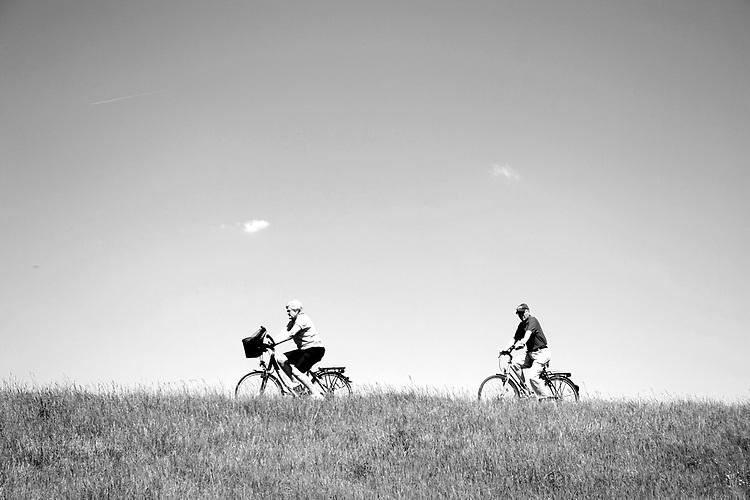 Europa, DEU, Deutschland, Nordrhein Westfalen, NRW, Rheinland, Niederrhein, Krefeld, Rheindeich, Radfahrer, Fahrradfahrer, Senioren, Himmel, Wolkenlos, Kategorien und Themen, Freizeit, Freizeitaktivitaet, Freizeitaktivitaeten, Tourismus, Touristik, Touristisch, Touristisches, Urlaub, Reisen, Reisen, Ferien, Urlaubsreise, Freizeit, Reise, Reiseziele, Ferienziele<br /> <br /> <br /> [Fuer die Nutzung gelten die jeweils gueltigen Allgemeinen Liefer-und Geschaeftsbedingungen. Nutzung nur gegen Verwendungsmeldung und Nachweis. Download der AGB unter http://www.image-box.com oder werden auf Anfrage zugesendet. Freigabe ist vorher erforderlich. Jede Nutzung des Fotos ist honorarpflichtig gemaess derzeit gueltiger MFM Liste - Kontakt, Uwe Schmid-Fotografie, Duisburg, Tel. (+49).2065.677997, <br /> archiv@image-box.com, www.image-box.com]