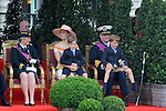 ©www.agencepeps.be/ F.Andrieu  - Belgium - Brussels - 120721 - Place des Palais  Bruxelles - Défilé de la fête nationale en présence de la famille royale - Roi Albert II - Reine Paola - Prince Philippe - Princesse Mathilde - Prince Laurent - Princesse Claire - Reine Fabiola - Peter Decrem