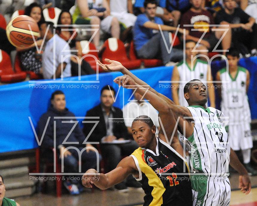 MEDELLIN - COLOMBIA: 05-04-2013: Farcey (Der.) de Academia de la Montaña de Antioquia, disputa el balón con Doel Forbes (Izq.) Caribbean Heat Cartagena, abril 5 de 2013. Academia de la Montaña y Caribbean Heat Cartagena en la  fecha 23 de  la Liga Directv Profesional de baloncesto en partido jugado en la Universidad de Medellín. (Foto: VizzorImage / Luis Rios / Str). Farcey (R) of Academia de la Montaña from Antioquia, fights for the ball with Doel Forbes (L) of Caribbean Heat Cartagena, April 5, 2013. Academia de la Montaña and Caribbean Heat Cartagena in the match for the 23 date of the Directv Professional League basketball, game at the Universidad de Medellin (Photo: VizzorImage / Luis Rios / Str). .......