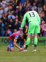 Pictured L-R: Joel Ward of Crystal Palace ties the laces of team mate goalkeeper Wayne Hennessey<br />