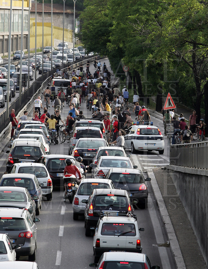 Migliaia di persone in bicicletta invadono la tangenziale bloccando il traffico delle automobili a Roma, 31 maggio 2008, per la Ciemmona, Critical Mass Interplanetaria. .Thousands of people invade the beltway blocking cars traffic in Rome, 31 may 2008, during the Interplanetary Critical Mass. .UPDATE IMAGES PRESS/Riccardo De Luca