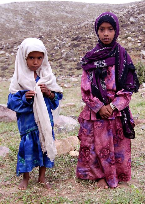 2 petites filles voilÈes et pieds nus
