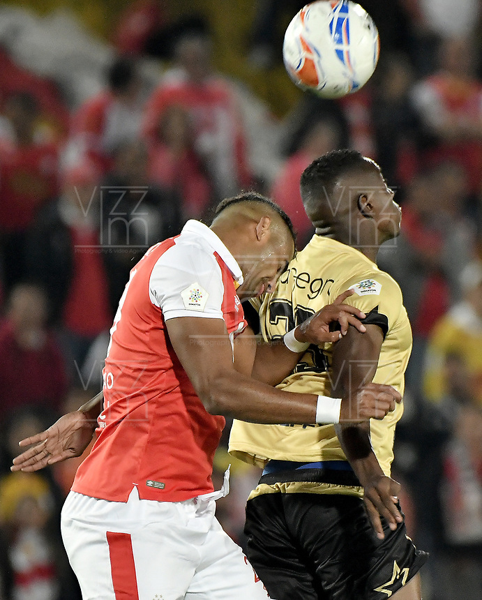 BOGOTÁ - COLOMBIA, 08-04-2018: Carlos Henao (Izq.) jugador de Santa Fe disputa el balón con Luis O Hurtado (Der.) jugador del Rionegro durante el encuentro entre Independiente Santa Fe y Rionegro Águilas por la fecha 13 de la Liga Águila I 2018 jugado en el estadio Nemesio Camacho El Campin de la ciudad de Bogotá. / Carlos Henao (L) player of Santa Fe struggles for the ball with Luis O Hurtado (R) player of Rionegro during match between Independiente Santa Fe and Rionegro Aguilas for the date 13 of the Aguila League I 2018 played at the Nemesio Camacho El Campin Stadium in Bogota city. Photo: VizzorImage/ Gabriel Aponte / Staff