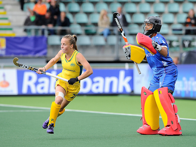 The Hague, Netherlands, June 05: Emily Smith #26 of Australia in action during the field hockey group match (Women - Group A) between Belgium and Australia on June 5, 2014 during the World Cup 2014 at Kyocera Stadium in The Hague, Netherlands. Final score 2:3 (1:1) (Photo by Dirk Markgraf / www.265-images.com) *** Local caption *** Emily Smith #26 of Australia, Aisling D Hooghe #21 of Belgium