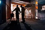 NIEUWEGEIN - In Nieuwegein starten warm geklede medewerkers van aannemersbedrijf Kwakkenbos uit Harmelen tijdens de bouw van de openbare school De Toonladder, de vroege ochtend met het controleren en opladen van hun boormachinebatterijen. Om zeven uur precies gaat men de school binnen, om radio's, machines en lampen aan te zetten, batterijen op te laden, en een planning te maken voor de dag. Wegens het slechte weer arrivern de mannen die buiten aan het dak werken, pas later die dag. Vanwege de kou binnen, dragen de meeste mannen mutsen op het hoofd en handschoenen. De bouw van de school gaat ongeveer 2,6 miljoen euro kosten. COPYRIGHT TON BORSBOOM