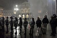 Milano: sotto una fitta nevicata, i carabinieri controllano le proteste dei centri sociali durante la prima della Scala