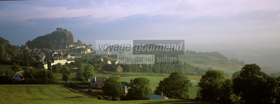France/15/Cantal/Apchon: Le village et les ruines de son Château dans la brume matinale - Vallée de Cheylade et Massif du Puy Mary (1787 mètres)