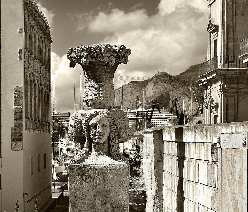 Palermo, &quot;passeggiata delle cattive&quot; near the harbor.<br /> Palermo, passaeggiata delle cattive e porta Felice nei pressi del porto.