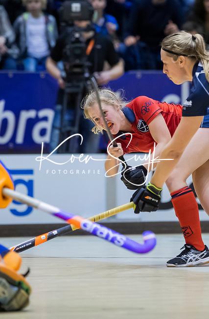 ROTTERDAM  - NK Zaalhockey . finale dames hoofdklasse: hdm-Laren 2-1. hdm landskampioen.  Elin van Erk (Lar) met Pien van Nes (HDM)      COPYRIGHT KOEN SUYK