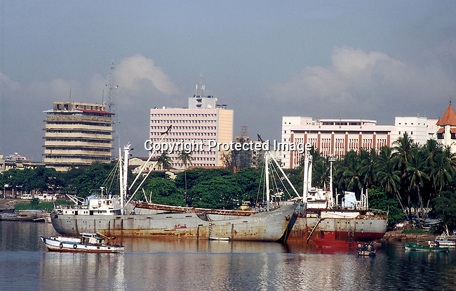 COTANZA35106.Country. Tanzania. The harbour in Dar es Salaam. Ships, boats, buildings..©Per-Anders Pettersson/iAfrika Photos