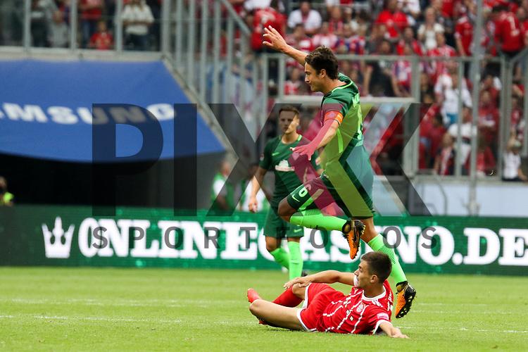 Bremens Thomas Delaney (Nr.6) im Zweikampf muss abheben beim Telekom Cup 2017 Bayern Muenchen - Werder Bremen.<br /> <br /> Foto &copy; PIX-Sportfotos *** Foto ist honorarpflichtig! *** Auf Anfrage in hoeherer Qualitaet/Aufloesung. Belegexemplar erbeten. Veroeffentlichung ausschliesslich fuer journalistisch-publizistische Zwecke. For editorial use only.