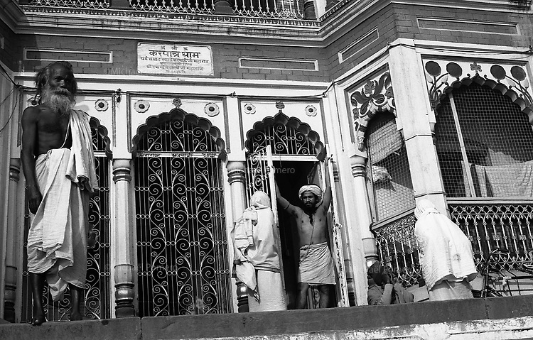 12.2010 Varanasi (Uttar Pradesh)<br /> <br /> Holy men in front of their ashram.<br /> <br /> Saints hommes devant leur ashram.