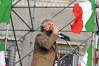 ROMA, 28 GENNAIO 2009.PIAZZA FARNESE.MANIFESTAZIONE PER LA DIFESA DEL PROCURATORE APICELLA SOSPESO DAL CSM ORGANIZZATA DALL'ASSOCIAZIONE NAZIONALE VITTIME DI MAFIA.NELLA FOTO :BEPPE GRILLO