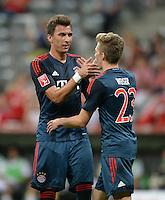 Fussball  International   Audi Cup 2013  Saison 2013/2014   31.07.2013 FC Bayern Muenchen 2-0 Sao Paulo FC  Torschuetzen; Mario Mandzukic (li, FC Bayern Muenchen) klatscht Mitchell Weiser (FC Bayern Muenchen)  ab