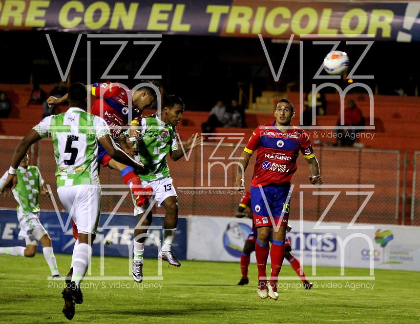 PASTO - COLOMBIA - 14 - 05 - 2017: Michael Ortega (Izq.) jugador de Deportivo Pasto anota gol de cabeza a José Escobar (Fuera de Cuadro) guardameta de Boyacá Chicó F. C., durante partido entre Deportivo Pasto y Boyacá Chicó F. C., de la fecha 17 por la Liga Aguila I 2018, jugado en el estadio Departamental Libertad de la ciudad de Pasto.  / Michael Ortega (L) player of Deportivo Pasto, scored a head goal to Jose Escobar (Out of Frame) goalkeeper of Boyaca Chico F.C., during a match between Deportivo Pasto and Boyaca Chico F. C., of the 17th date for the Liga Aguila I 2018 at the Departamental Libertad stadium in Pasto city. Photo: VizzorImage. / Leonardo Castro / Cont.