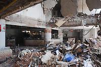 SAO BERNARDO DO CAMPO, SP, 07 DE FEVEREIRO DE 2012 - DESABAMENTO PREDIO EM SAO BERNARDO DO CAMPO - Vista interna dos pavimentos que desabaram no prédio atingido por uma explosão no centro de São Bernardo do Campo, no ABC paulista. Uma mulher estava desaparecida até o início da manhã de hoje. Uma criança morreu e seis pessoas ficaram feridas. (FOTO: ADRIANO LIMA - NEWS FREE).