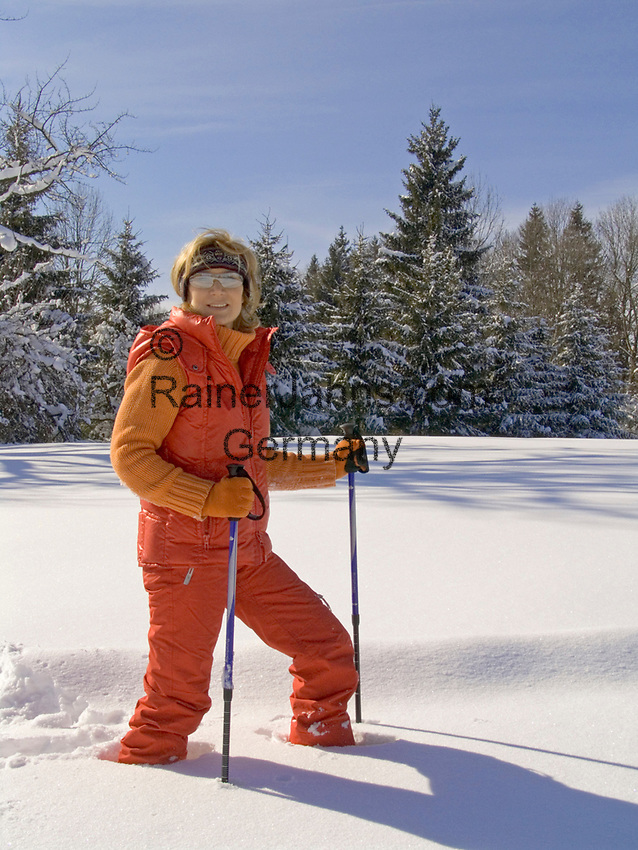 Deutschland, Frau beim Nordic Walking im Tiefschnee   Germany, woman doing nordic walking in winter