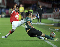 BOGOTA - COLOMBIA -27 -01-2015: Dayron Mosquera (Izq.) jugador del Independiente Santa Fe, disputa el balón con Diego Arias (Der.) del Atletico Nacional, durante partido de vuelta entre Independiente Santa Fe y Atletico Nacional por la Super Liga 2015, en el estadio Nemesio Camacho El Campin de la ciudad de Bogota.  / Dayron Mosquera (L) player of Independiente Santa Fe, vies for the ball with Diego Arias (R) of Atletico Nacional, during the match between Independiente Santa Fe and Atletico for the second leg of the Super Liga 2015 at the Nemesio Camacho El Campin Stadium in Bogota city. Photo: VizzorImage / Luis Ramirez / Staff.