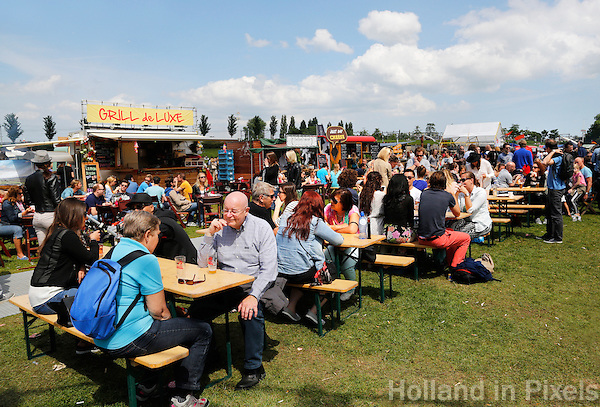 Festival in Amsterdam :De Rollende Keukens.  Mobiele keukens waar bijzondere snacks en drankjes worden verkocht.