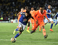 BOGOTA - COLOMBIA -27 -10-2015: Jonathan Agudelo (Izq.) jugador de Millonarios disputa el balón con Daniel Londoño (Der4.) jugador de Envigado FC, durante partido entre Millonarios y Jaguares FC, por la fecha 17 de la Liga Aguila II-2015, jugado en el estadio Nemesio Camacho El Campin de la ciudad de Bogota. / Jonathan Agudelo (L) player of Millonarios vies for the ball with Daniel Londoño (R) player of Envigado FC, during a match between Millonarios and Jaguares FC, for the date 17 of the Liga Aguila II-2015 at the Nemesio Camacho El Campin Stadium in Bogota city. Photo: VizzorImage / Luis Ramirez / Staff.