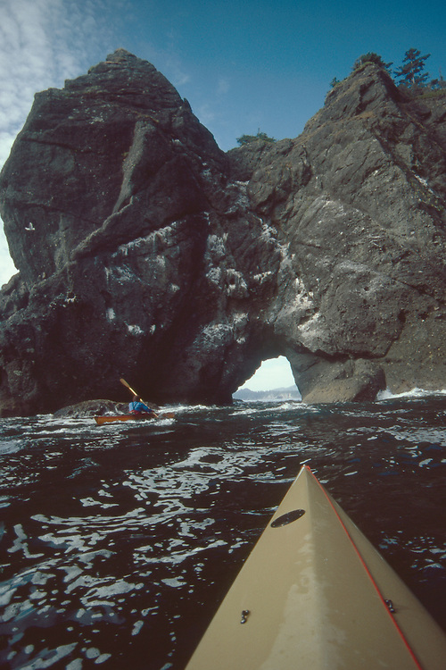 Point of the Arches, Sea kayakers running the arches, Pacific Ocean,, Shi Shi Beach, Olympic National Park, Olympic Peninsula, Washington State, Pacific Northwest, USA,.