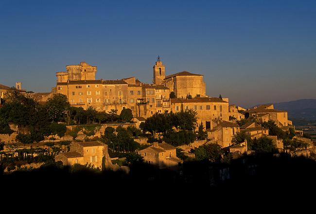 Hilltop village, Gordes, Vaucluse, Provence Alpes Cote d'Azur, France, Europe