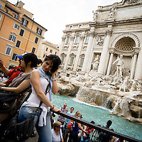 Turisti vicini alla Fontana di Trevi..Tourists near the Trevi Fountain