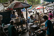 Customers stop to eat lunch at make shift stalls in BBD Bagh in Kolkata, West Bengal  on Friday, May 26, 2017. Photographer: Sanjit Das