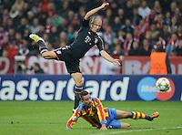 FUSSBALL   CHAMPIONS LEAGUE   SAISON 2012/2013   GRUPPENPHASE   FC Bayern Muenchen - FC Valencia                            19.09.2012 Arjen Robben (oben, FC Bayern Muenchen) gegen Joao Pereira (Valencia CF)