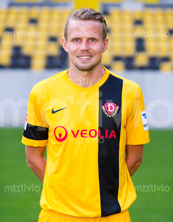 Fussball, 2. Bundesliga, Saison 2013/14, SG Dynamo Dresden, Mannschaftsvorstellung, Mannschaftsfoto, Portraittermin Sebastian Schuppan.