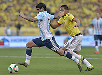 BARRANQUILLA - COLOMBIA - 17-11-2015: Alexander Mejia (Der) de Colombia disputa el balón con Ever Banega (Izq) de Argentina durante partido válido por la clasificación a la Copa Mundo FIFA 2018 Rusia jugado en el estadio Metropolitano Roberto Melendez en Barranquilla./  Alexander Mejia (R) of Colombia fights the ball with Ever Banega (L) of Argentina during match valid for the qualifier to 2018 FIFA World Cup Russia Qualifiers played at Metropolitan stadium Roberto Melendez in Barranquilla. Photo: VizzorImage / Gabriel Aponte / Staff