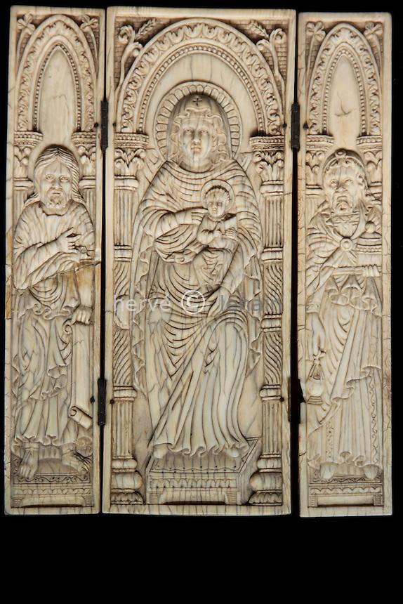 France, Yonne (89), Auxerre, la cathédrale Saint-Etienne, le Trésor, triptyque d'ivoire  // France, Yonne, Auxerre, the Cathedral St Etienne, the treasure
