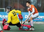 WASSENAAR - Hoofdklasse hockey heren, HGC-Bloemendaal (0-5). Yannick van der Drift (Bldaal) met links keeper Sam van der Ven (HGC)   COPYRIGHT KOEN SUYK
