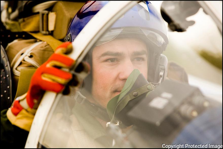 -2008-Salon de Provence- Capitaine Sylvain Pillet juste avant le décollage. Patrouille de France.