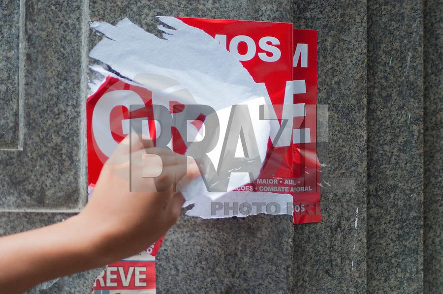 SÃO PAULO-SP-07,10,2014- FIM DA GREVE - BANCÁRIOS.Os adesivos estão sendo retirados das fachadas dos bancos.Local:Ladeira Porto Geral;Região central da cidade de São Paulo,na tarde dessa Terça-Feira,07 (Foto:Kevin David/Brazil Photo Press)
